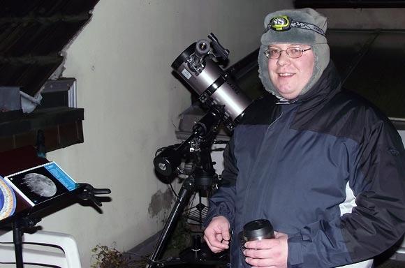 Sternfreund Daniel Bockshecker nachts mit seinem Teleskop