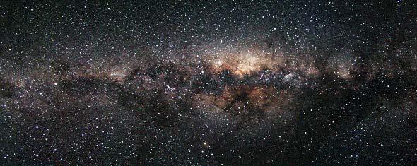 Die Milchstraße unter dunklem Himmel