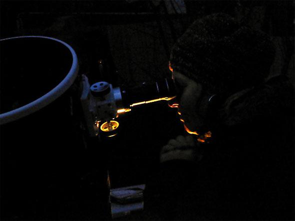 Blick einer Sternfreundin durch ein 12 Zoll Spiegelteleskop, (c) Nico Schmidt