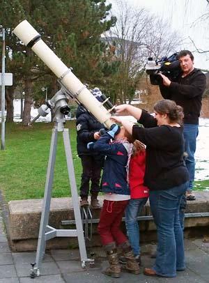Kinder am Teleskop