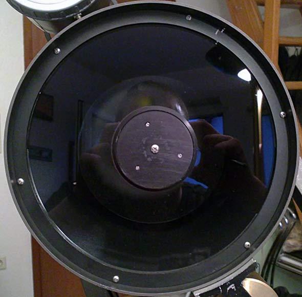 Die saubere und wieder eingebaute Schmidtplatte des Celestron 8