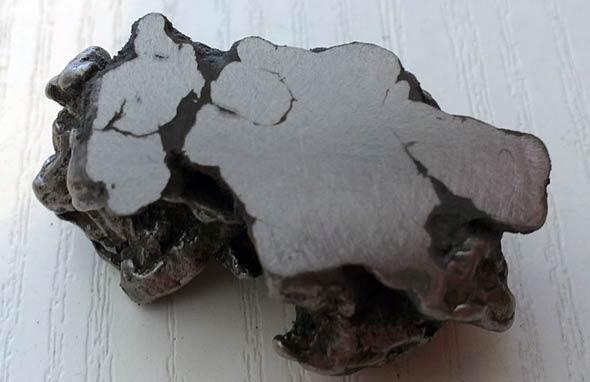 Der Eisenmeteorit während des Schleifprozesses, (c) Daniel Bockshecker