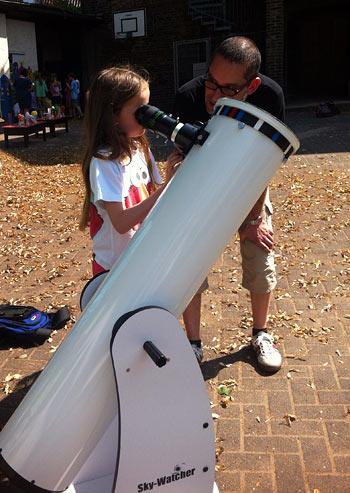 Eine junge Weltraumforscherin beobachtet die Sonnenflecken, (c) GGS Rhöndorf