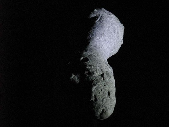 Ein Kometenkern schwebt scheinbar in den Weiten des Weltalls, (c) D. Bockshecker