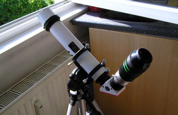 Das Lunt Sonnenteleskop vor dem geöffneten Küchenfenster, (c) C. Preuß
